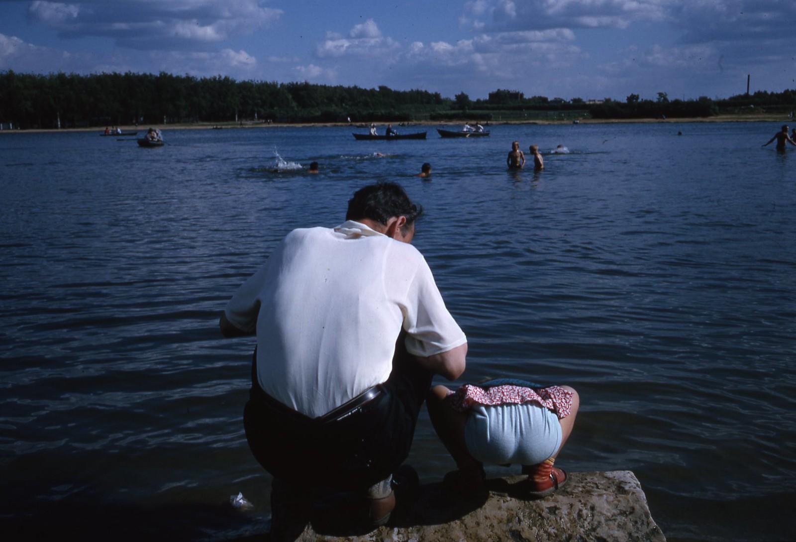 hammond-MA10-Ostankino-people-sunbathing-and-fishing-007