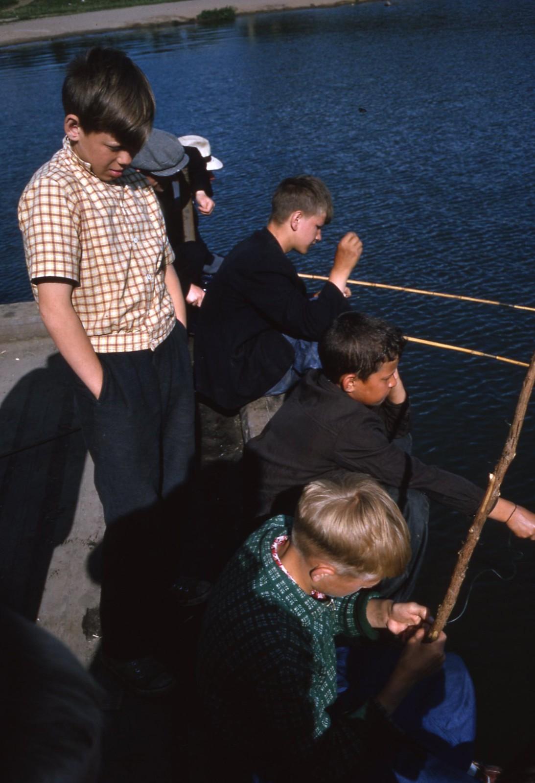 hammond-MA10-Ostankino-people-sunbathing-and-fishing-006