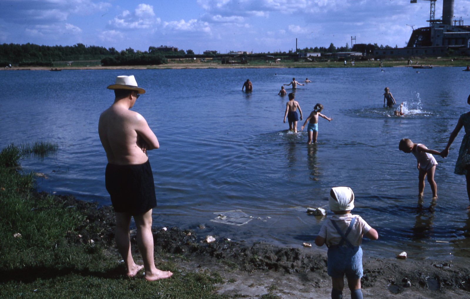 hammond-MA10-Ostankino-people-sunbathing-and-fishing-001