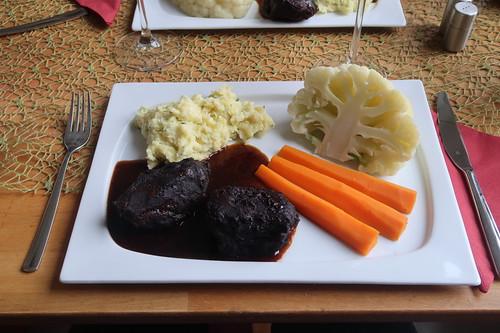 Schweinebäckchen in Rotweinsoße mit Kartoffel-Sellerie-Stampf, Blumenkohl und Möhren (mein Teller)