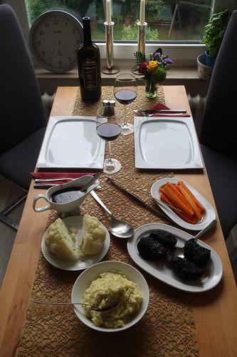 Schweinebäckchen in Rotweinsoße mit Kartoffel-Sellerie-Stampf, Blumenkohl und Möhren (Tischbild)