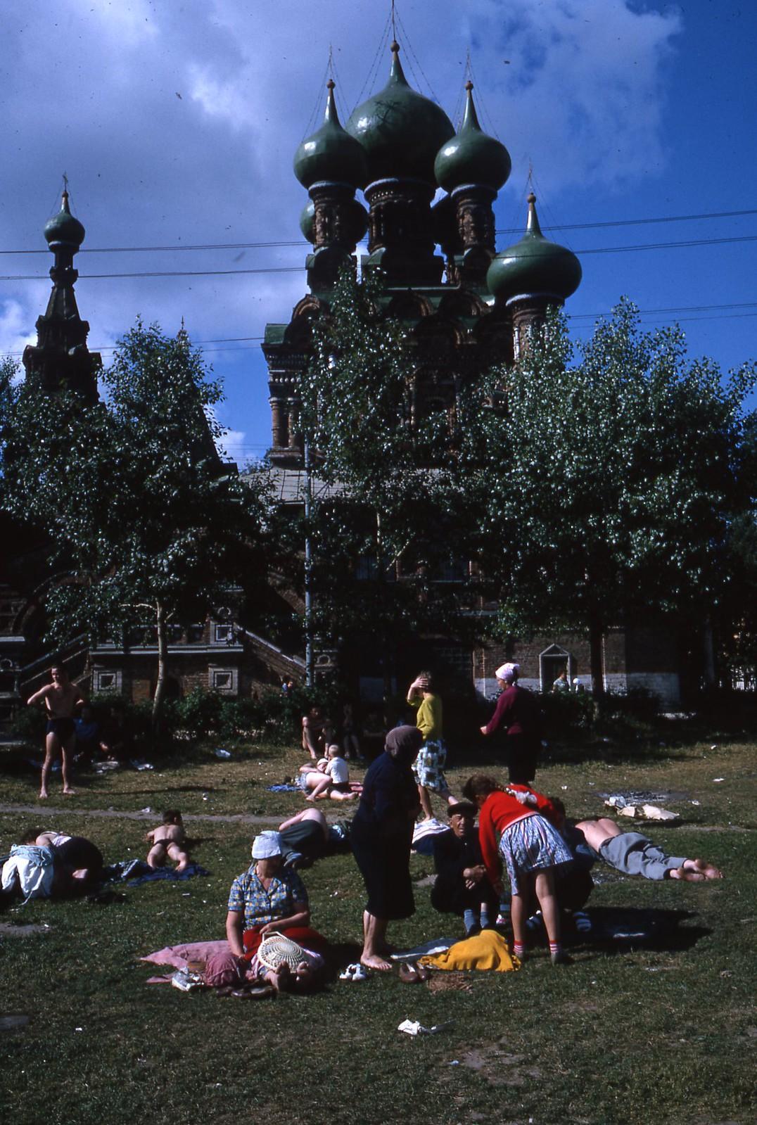 hammond-MA10-Ostankino-people-sunbathing-and-fishing-011