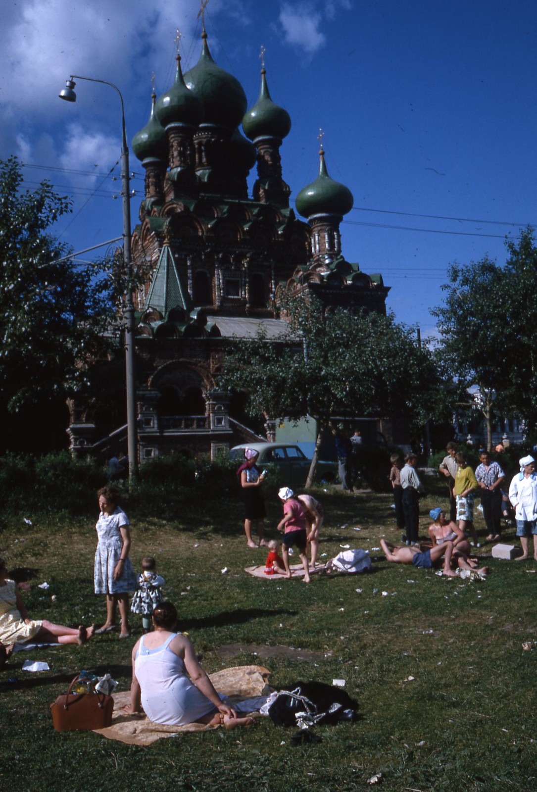 hammond-MA10-Ostankino-people-sunbathing-and-fishing-009
