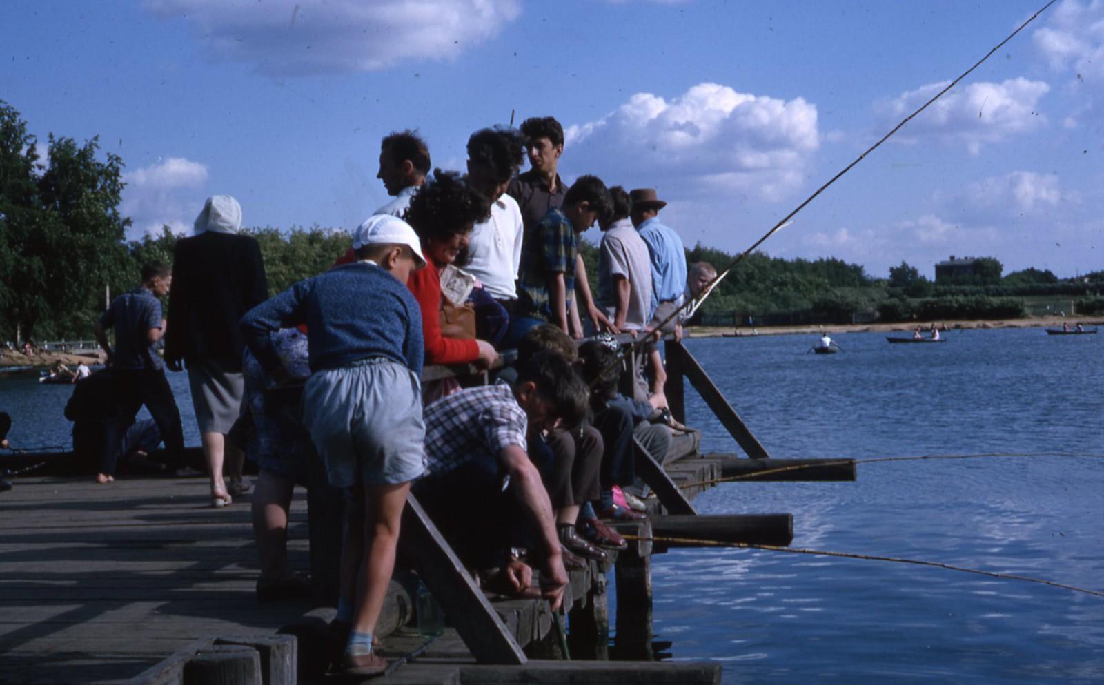 hammond-MA10-Ostankino-people-sunbathing-and-fishing-026