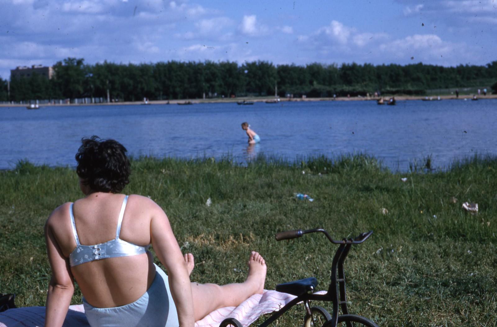 hammond-MA10-Ostankino-people-sunbathing-and-fishing-005