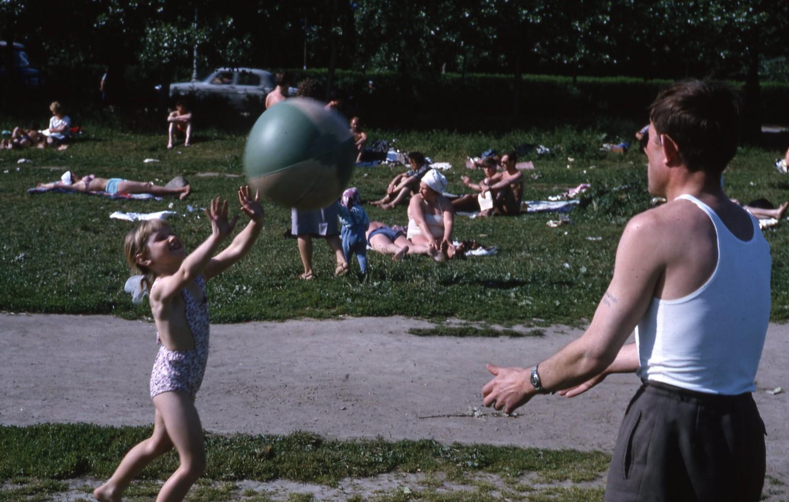 hammond-MA10-Ostankino-people-sunbathing-and-fishing-004