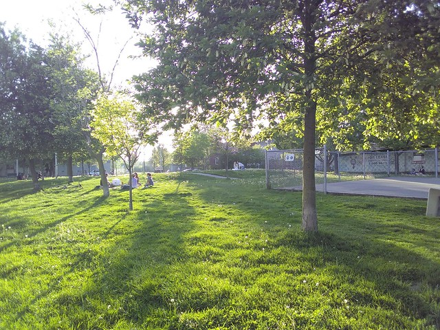 Bartlett Parkette on a socially distanced evening #toronto #davenport #gearyave #bartlettparkette #parks #evening #socialdistancing
