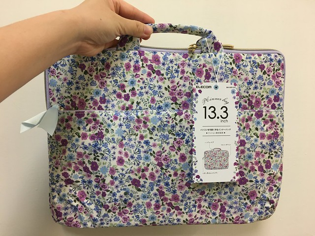 提起來瘦瘦小小一個,覺得可以從背包裡拿出來分散重量、也可以放回背包收納@ELECOM水彩花卉手提收納袋