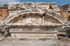 DSC1155 Decoración del frente del Teatro romano, siglo II, Hierápolis de Frigia, Pamukkale, Turquía