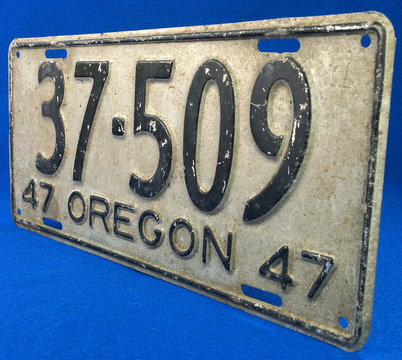 RD26901 Vintage License Plate Oregon 1947 37-509 Black on Silver DSC06190