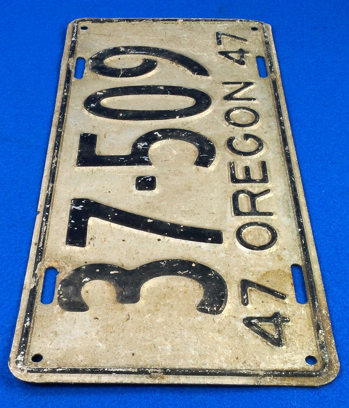 RD26901 Vintage License Plate Oregon 1947 37-509 Black on Silver DSC06187