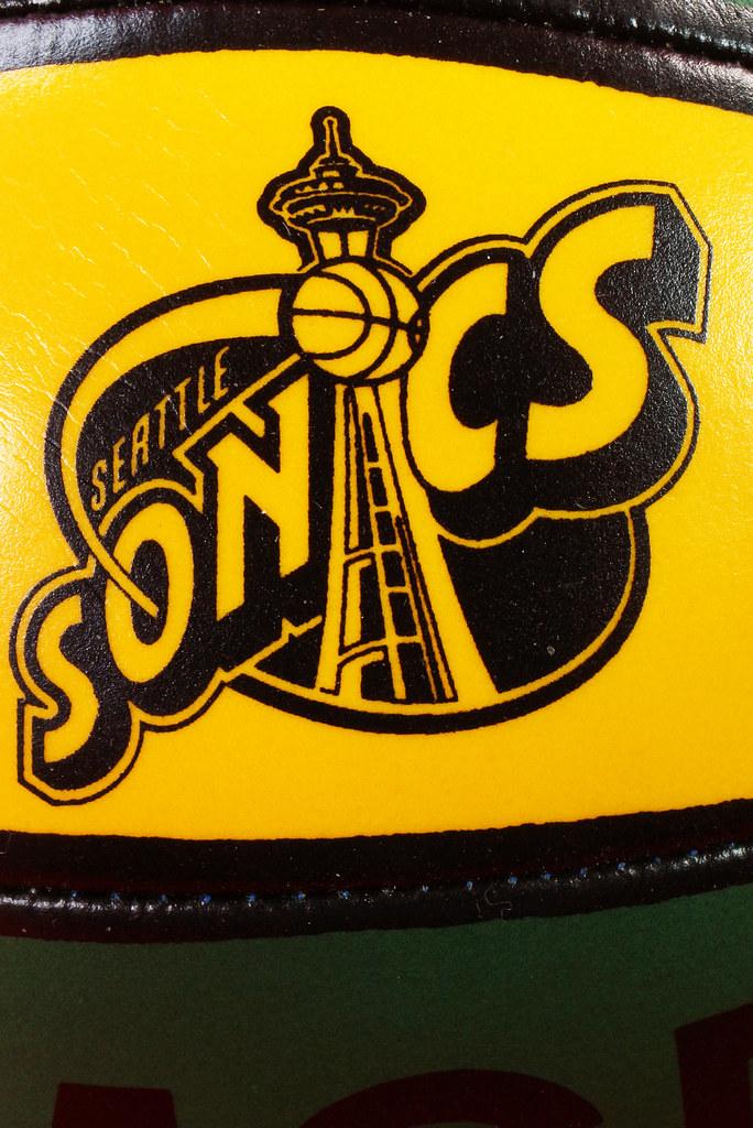 RD24932  Vintage MGD Seattle Sonics Mini Basketball & Hoop Advertising Miller Genuine Draft Beer DSC06165