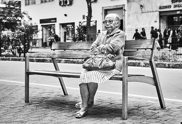 Frau auf Sitzbank