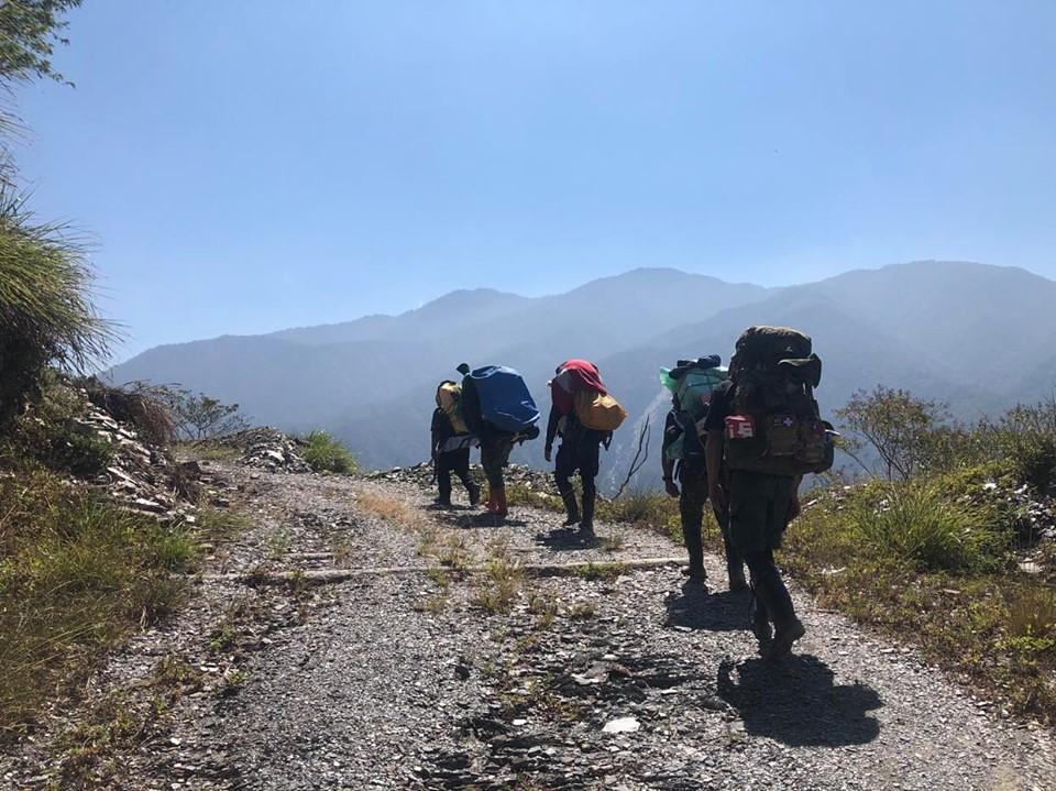 2012年起,馬詠恩與部落的人,為尋找重返丹大社的「回家之路」,一次次在艱困的路況中開路並尋根。