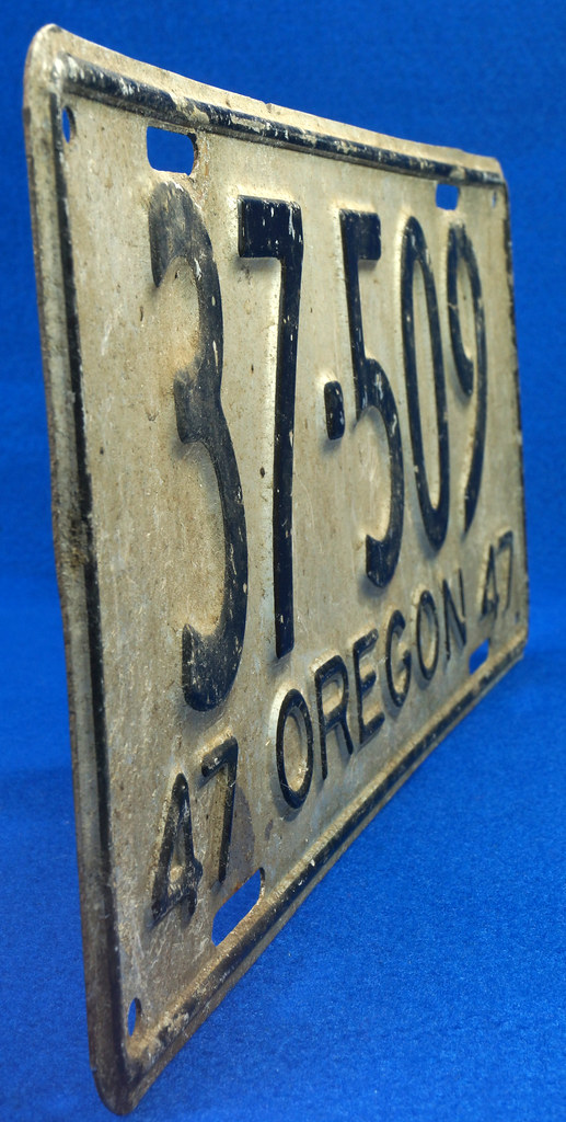 RD26901 Vintage License Plate Oregon 1947 37-509 Black on Silver DSC06191