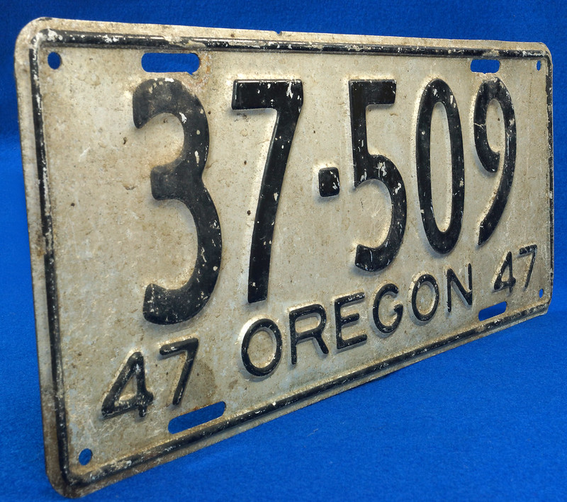 RD26901 Vintage License Plate Oregon 1947 37-509 Black on Silver DSC06189