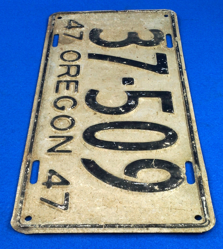 RD26901 Vintage License Plate Oregon 1947 37-509 Black on Silver DSC06188