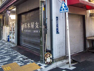 Nihon_arekore_02136_Tanuki_at_Kappabashi_corner_100_cl