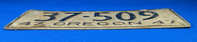 RD26901 Vintage License Plate Oregon 1947 37-509 Black on Silver DSC06192