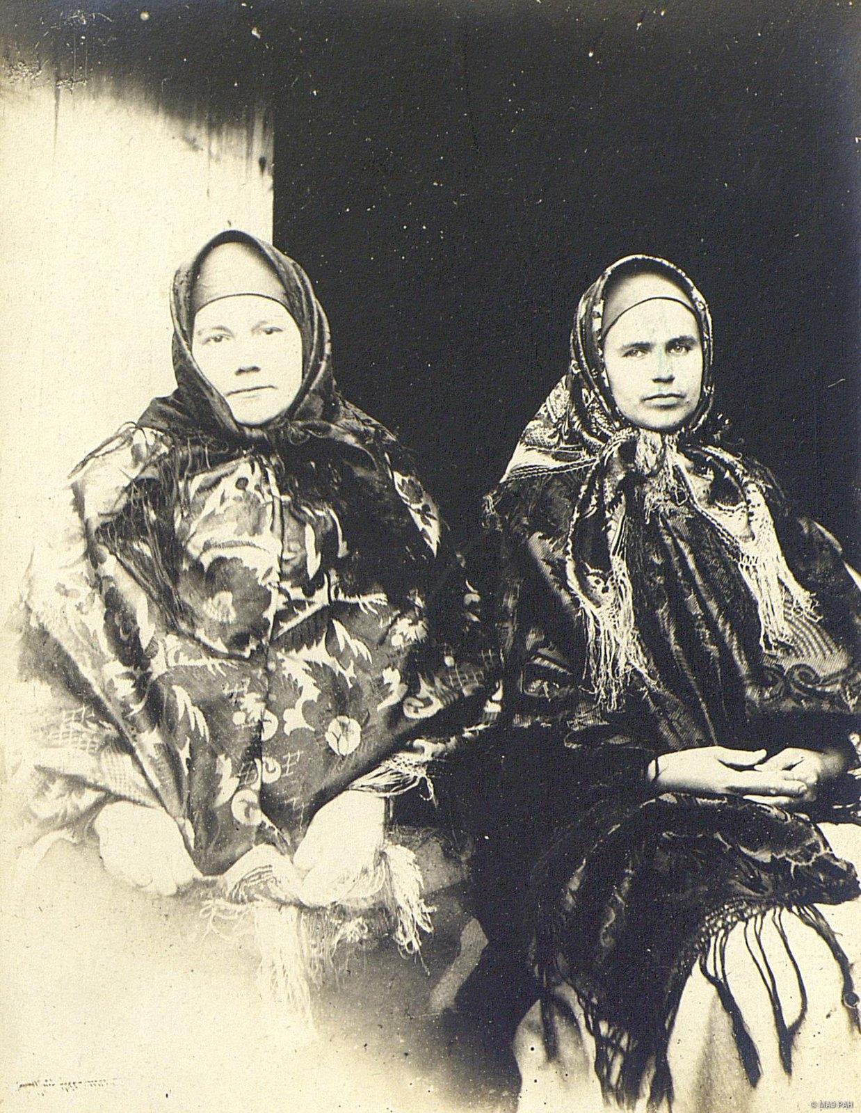 Женщины в нарядных вышитых шалях