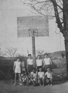 La neige partie en 1940, les élèves du collège s'apprêtent à disputer une monotone partie de basket