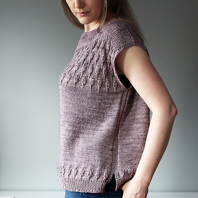 Lisa has a lovely pattern out for a summer top called Tulpe Top. The 20% off intro-discount is good until May 31 with the code TULPE .