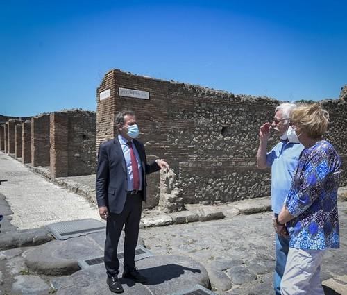 """ROMA ARCHEOLOGICA & RESTAURO ARCHITETTURA 2020. Marvin Hewson e sua moglie Colleen, - """"Wonderful"""" - I tre mesi di quarantena a Pompei di due turisti Usa: """"Dovevano essere solo tre settimane, ma siamo stati benissimo."""" La Repubblica / Napoli (27/05/2020)."""