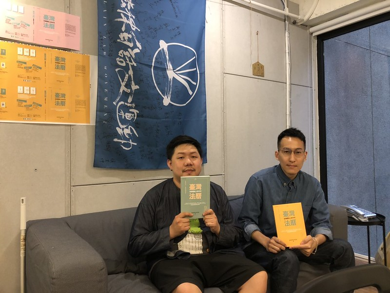 社群總編劉珞亦(右)和業務經理徐書磊(左)。圖/董昱妤攝