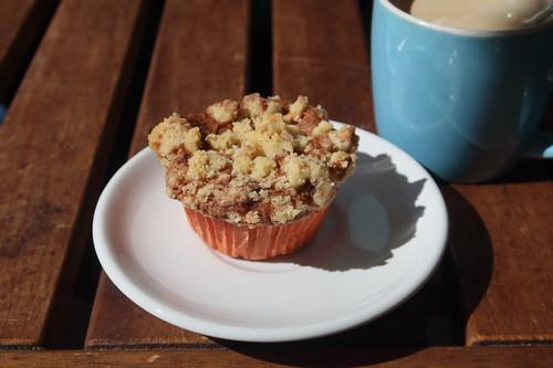 Aufgebackener Walnuss-Apfel-Muffin zum Nachmittagskaffee