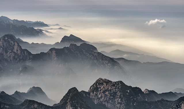 *Hua Mountains surrounded by fog, smog and clouds*