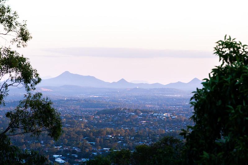 Blick vom Mt Coot-tha auf die Glasshouse Mountains.