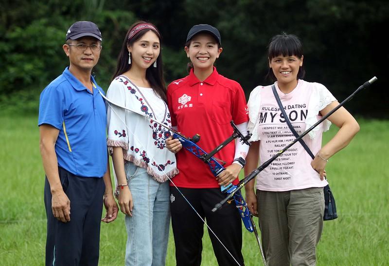 林佳恩(右二)的雙親和妹妹林佳媛(左)。(圖/中華企業射箭聯盟提供)