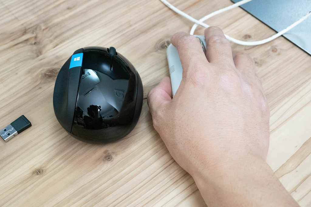 Microsoft_Sculpt_Ergonomic_Mouse-10
