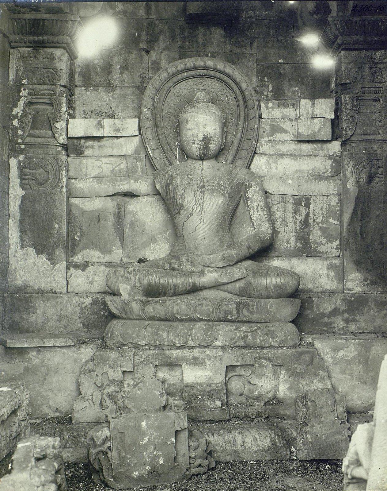 Статуя Будды в позе созерцания (4)