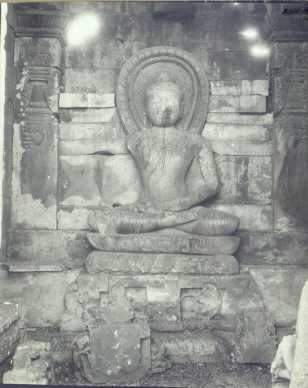 Статуя Будды в позе созерцания (2)