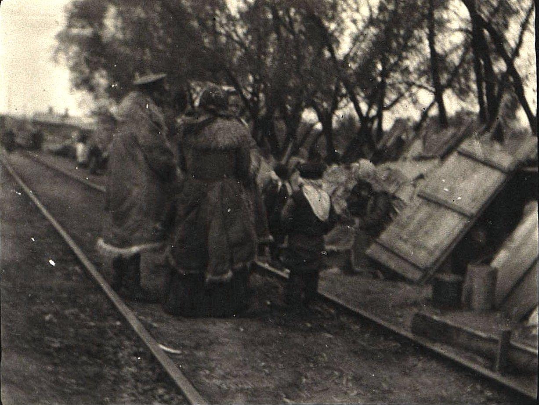 72. Беженцы при ст. Бобруйск ждут отправки поезда
