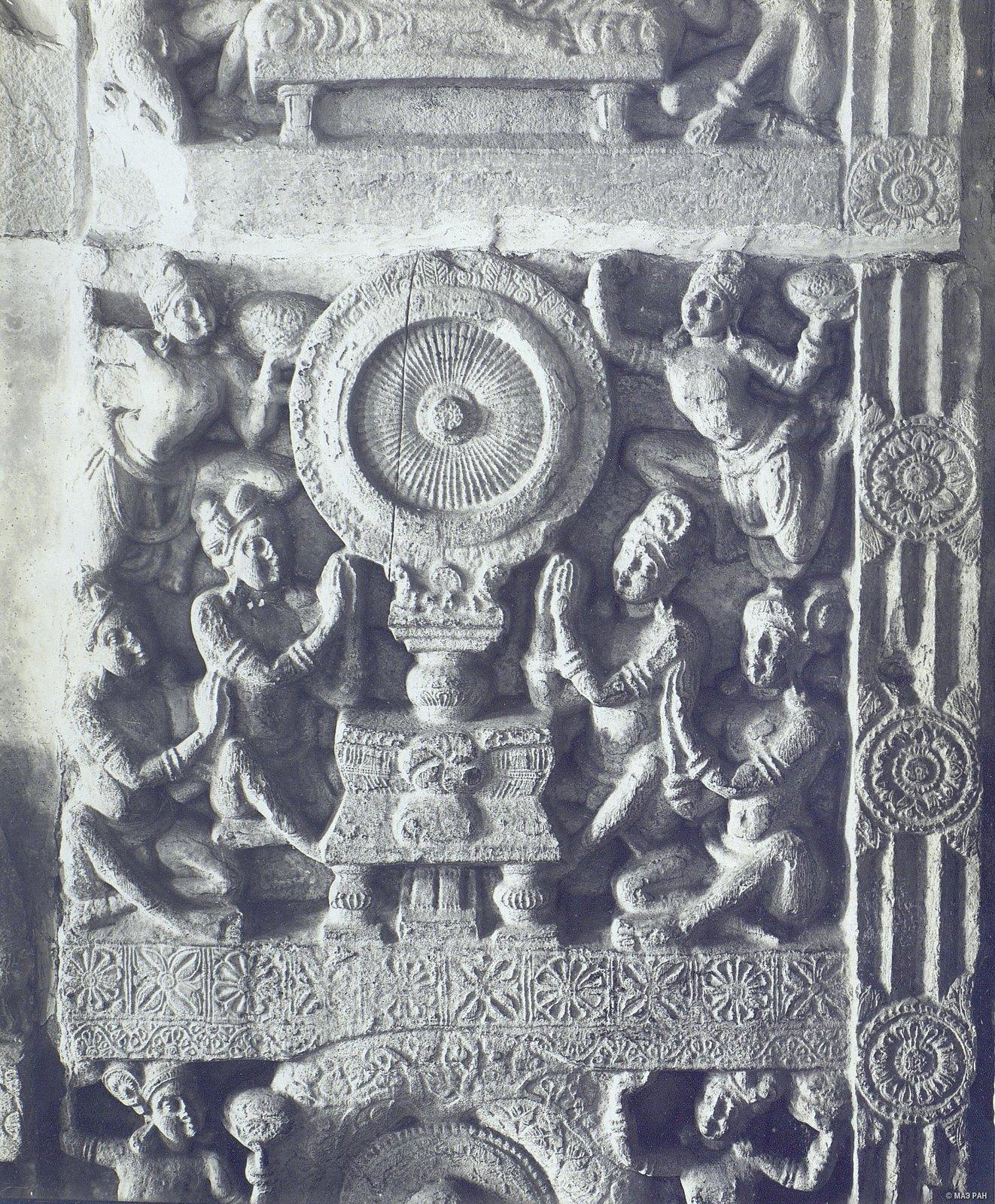 Рельеф с изображением чакры