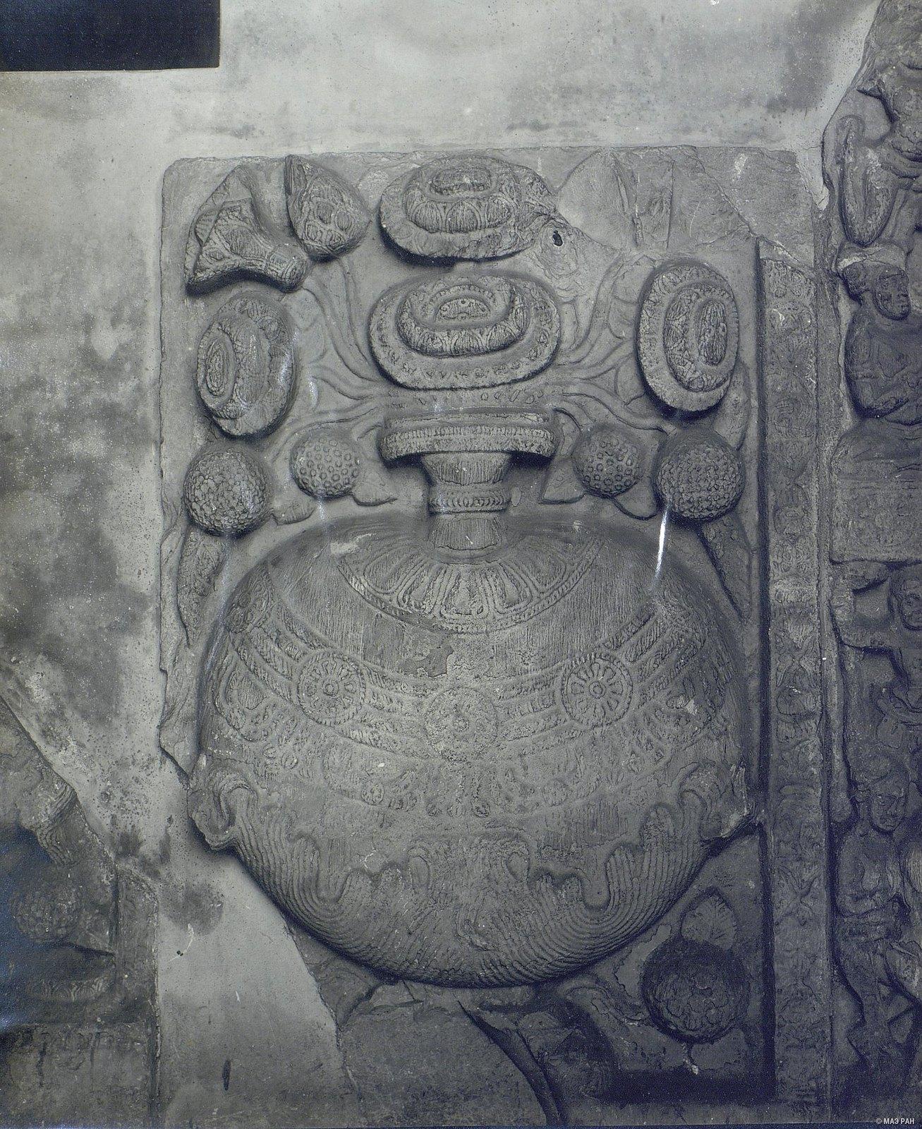Рельеф с изображением вазы