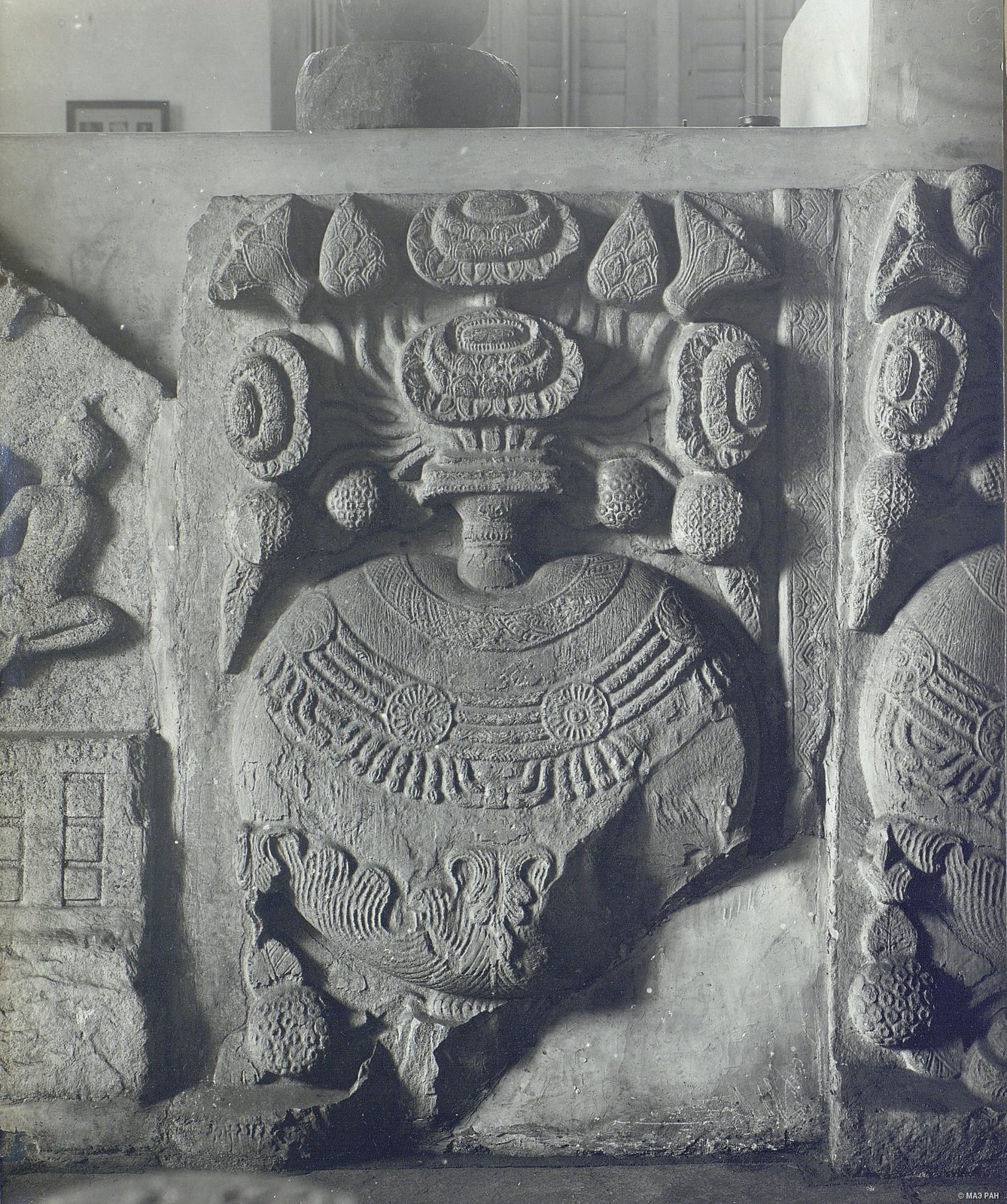 Рельеф с изображением вазы.