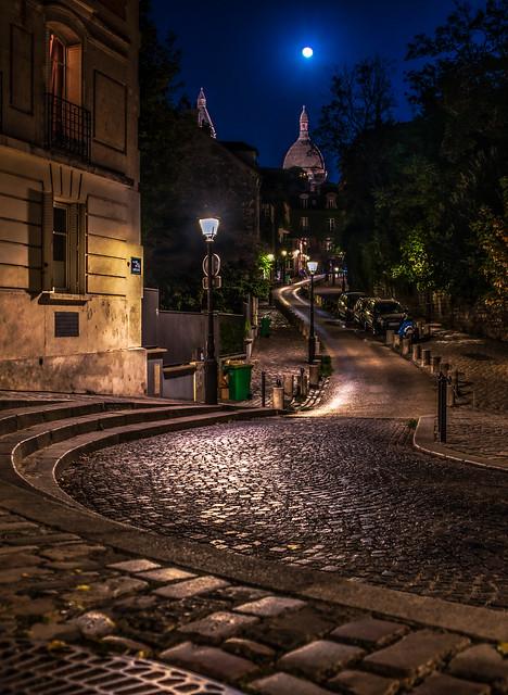 [Explore 31/05/20 #39] La lune sur le Sacré-Coeur - Rue de l'Abreuvoir - Paris