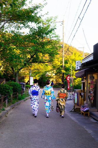 kyoto japan kimono women beautiful stroll afternoon sunset colors philosophenweg junge young frauen spaziergang nachmittag philosopherspath tradition tetsugakunomichi 哲学の道