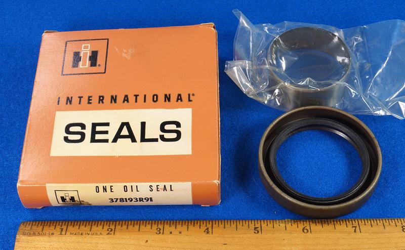 RD27200 Vintage International Harvester Front Main Seal Kit with Crankshaft Sleeve 378193R91 DSC06542