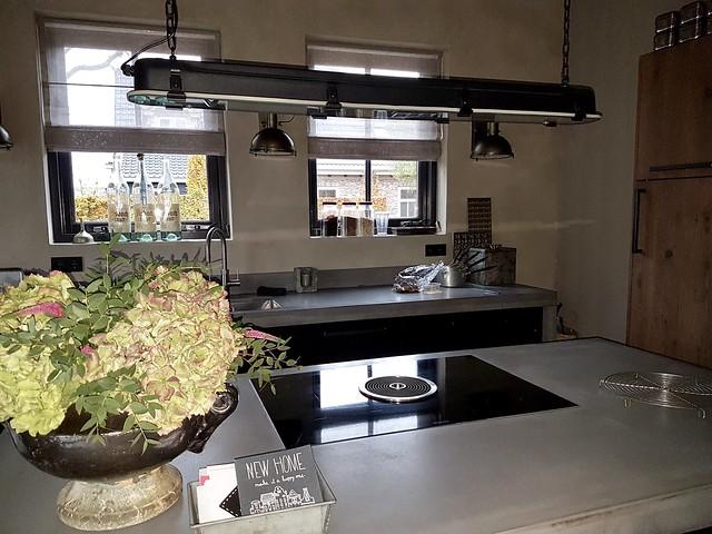 Verlichting boven kookeiland landelijke keuken