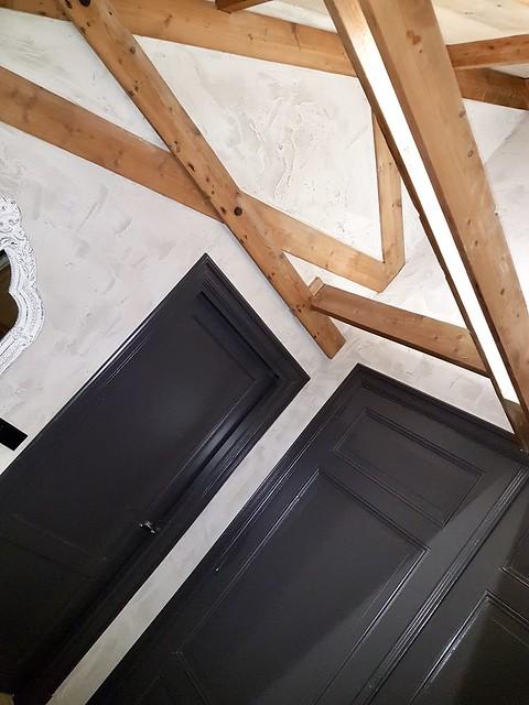 Antraciet deuren balkenplafond