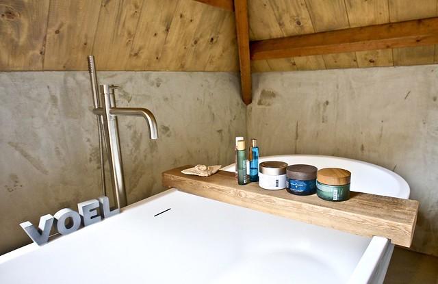 Losstaand bad en kraan houten badplank Rituals badproducten