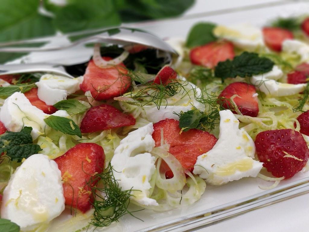 Erdbeer-Fenchel-Salat mit Mozzarella