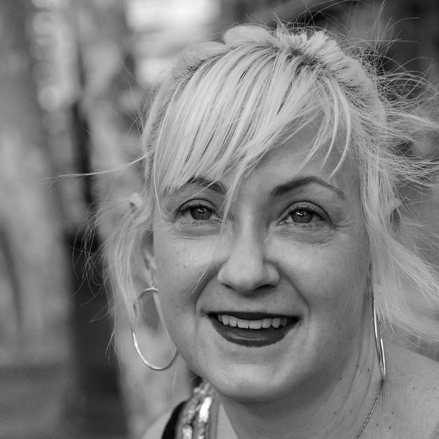 Mary Thomson, de Boston, fa dècades que viu a Barcelona i va posar amb tota la simpatia del món a la Gran Via de les Corts Catalanes, Barcelona. A Explore N. 357 - 3.6.2020.