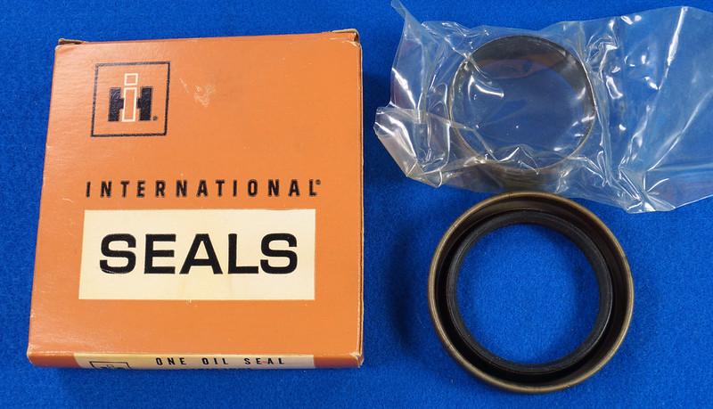 RD27200 Vintage International Harvester Front Main Seal Kit with Crankshaft Sleeve 378193R91 DSC06543