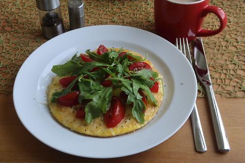 Käseomelett mit Tomaten und Ruccola