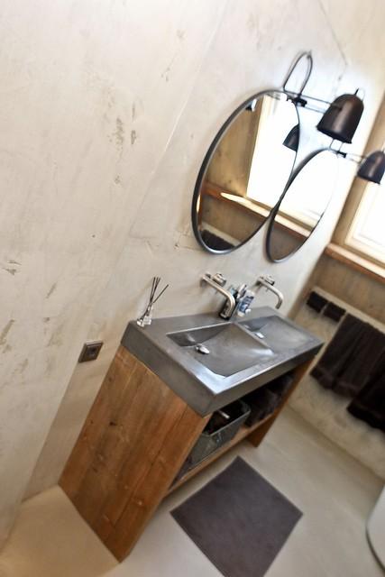 Ronde spiegels boven landelijk badmeubel